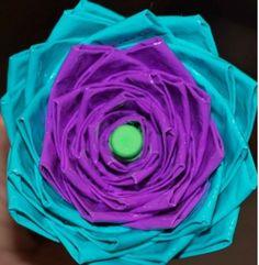 Como hacer una flor original con cinta adhesiva http://www.todomanualidades.net/2013/04/como-hacer-una-flor-original-con-cinta-adhesiva/
