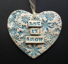 Let it Snow Christmas ceramic heart - Keramik Ceramic Christmas Decorations, Diy Christmas Ornaments, Xmas Crafts, Christmas Projects, Tree Decorations, Polymer Clay Fairy, Polymer Clay Ornaments, Christmas Hearts, Christmas Makes