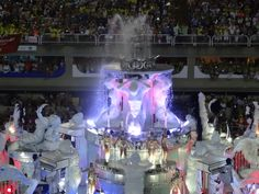 One of the most spectacular floats.  Yes, that's a real water fountain with a Samba dancer in the centre of it!  Check out the pianists suspended in mid air (and for the guys, a couple of topless dancers!!)