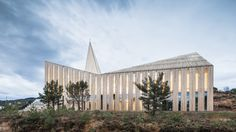Norway's Church of Knarvik, by indepedent Oslo-based architecture firm Reiulf Ramstad Arkitekter, homages the heritage of Scandinavian church design. Sacred Architecture, Religious Architecture, Church Architecture, Oslo, Wallpaper Magazine, Church Design, Commercial Architecture, Place Of Worship, Architect Design