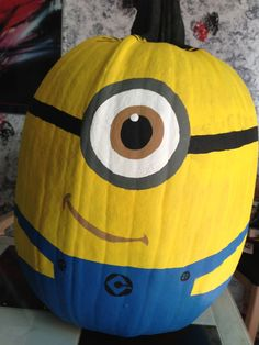 Minion Pumpkin I would cut the inner eye. The white part n maybe the month put a light. The fake one with batteries u can find them in welgreens or dollars store. It's so much safer then with a candle. Omg jeff loves these minions! Theme Halloween, Holidays Halloween, Halloween Treats, Halloween Pumpkins, Halloween Diy, Happy Halloween, Halloween Decorations, Halloween Cookies, Halloween Minions