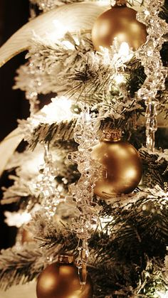 gold, white, and clear ornaments... I love,love crystal ornaments on a tree... it add so much sparkle