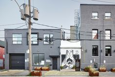 Tokyo Smoke Found's Alex Senna mural of kissing figures minds a Toronto gap - News - Frameweb