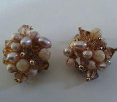 Aretes de perlas y cristales.