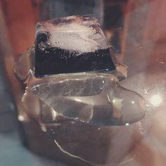 Yasmin Tarin- Um fenômeno físico ocorre quando há uma alteração na estrutura física da matéria. Isso acontece quando o gelo derrete, pois a composição da água não muda, só muda sua estrutura, que se for exposta a temperatura baixa novamente voltará a ser gelo.