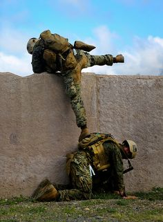 Humpty Dumpty should've had a combat buddy . — — — Marines serving with Reconnaissance Battalion climb over a wall during a combat readiness exercise at Marine Corps Base Hawaii, Aug. Marine Corps photo by Cpl. Once A Marine, Marine Mom, Us Marine Corps, Military Humor, Military Police, Usmc, Military Spouse, Support Our Troops, Us Marines