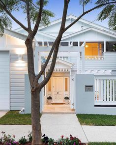 🌟Tante S!fr@ loves this📌🌟Fresh, Coastal and just plain gorgeous 😍. This is why I love Australian homes, in particular homes here in Queensland. They are a perfect… House Colors, House Design, House Styles, Hamptons House, Carport Designs, Hawaiian Homes, Hamptons Style Homes, Hamptons House Exterior, House Exterior