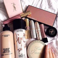 mac makeup looks aesthetic Mac Makeup Looks, Pretty Makeup, Drugstore Makeup, Eyeshadow Makeup, Gold Makeup, Makeup Goals, Beauty Makeup, Huda Beauty, Makeup Tips