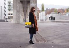 The belgian brand 'Versa Versa' creates versatile bags with removable covers. Thanks to a clever zip concept your bag will fit to different outfits and moods -clever! In grey/ yellow combo...