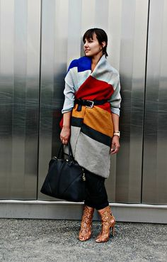 Winter Fashion - colorblock blanket scarf worn over the shoulders and belted at the waist. Such a fab trend this season! Fall Winter Outfits, Autumn Winter Fashion, Winter Scarf Outfit, Moda Outfits, Jessica Parker, Poncho, Shawl Cardigan, Scarf Dress, Winter Stil