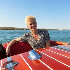☀️ Jessica Rowe enjoying some Noosa sunshine on board Noosa Dreamboats! The stunning mahogany speed boat, Noosa Dream, was hand crafted in the USA in the style of the timeless 1940's and 50's American powerboats. It is one of our favourite ways to explore the waters of the Noosa River!