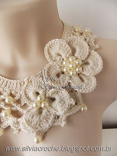 Silvia Gramani: Colar de Pérolas Maybe for a t-shirt Crochet Amigurumi, Crochet Art, Irish Crochet, Crochet Crafts, Yarn Crafts, Crochet Flowers, Crochet Stitches, Crochet Projects, Crochet Scarves