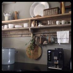 Werk klaar boodschapjes binnen.. En dan nu koffie. Ik hou van steeds meer sober in huis maar aan mn keukenrek mag best nog wat hangen wel zo gezellig! Fijne middag nog! #keuken#steigerhout#brocante#projectverf#cartecolori#landelijkwonen by daniellevdweerd