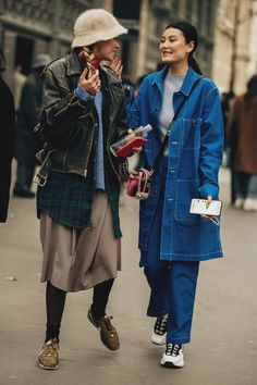 Paris street style from the menswear autumn/winter season. Vogue rounds up the most eye-catching street style trends to inspire – and wear – now. Fashion Week Paris, Fashion Weeks, Paris Street Fashion, Street Style Trends, Casual Street Style, Black Women Fashion, Womens Fashion Online, Latest Fashion For Women, High Fashion