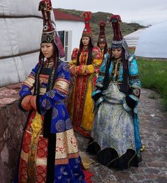 Tuvans are an indigenous people of Siberia, they speak tuvan, a turkic language. (Girls in traditional clothing) people Traditional Fashion, Traditional Dresses, Folk Costume, Costumes, Costume Ethnique, Beauty Around The World, Ethnic Dress, Moda Fashion, Folklore