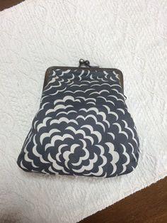 リバティ パフ(HH新色)のグレーで作った角型がま口ポーチです。がま口は9センチ角型、大きく開きます。大きさ横底部分10.5㎝縦14㎝中綿入りでふわふわしてい...|ハンドメイド、手作り、手仕事品の通販・販売・購入ならCreema。