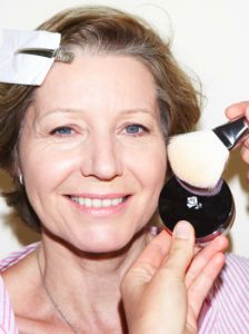 Applying powder Think Pink: On trend makeup for older women Beauty Tips In Hindi, Beauty Tips For Hair, Beauty Makeup Tips, Beauty Secrets, Beauty Products, Oily Skin Care, Skin Care Tips, Pimples Under The Skin, Makeup For Older Women