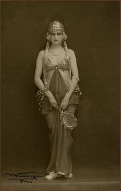 Waléry, Folies Bergère, 1925 beautiful draping and headpiece shape