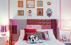 Para dar toques de modernidade ao quarto de uma adolescente, a arquiteta Andrea Murao fez a cabeceira com vários tecidos estampados. Na tapeçaria, veludo, sarja e toile de jouy cobrem o painel de madeira com espuma