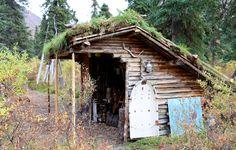 Bemærk den hjemmelavede hvide slæde. Den blev brugt til at hale brænde hjem om vinteren. Foto: Claus Jessen