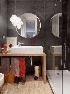 Baño: mueble de lavabo en madera y lavabo sobreencimera