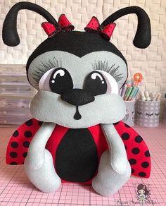Baby Stuffed Animals, Sewing Stuffed Animals, Stuffed Animal Patterns, Felt Crafts Diy, Felt Diy, Felt Fabric, Fabric Dolls, Cute Cat Wallpaper, Felt Wreath