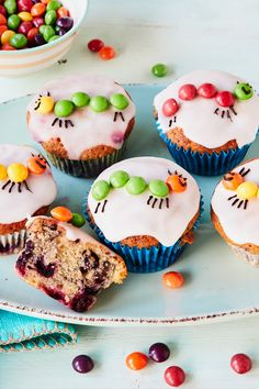 Very Hungry Caterpillar Muffins Almost everyone knows the little hungry Caterpillar. Therefore, these juicy muffins with berry filling and a sweet caterpillar motif are guaranteed to be well received Baby Food Recipes, Baking Recipes, Cake Recipes, Dessert Recipes, Food Cakes, Beaux Desserts, Berry Muffins, Mini Muffins, Very Hungry