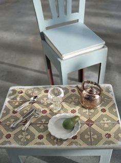 mobilier : petite table, dessus en carrelage ancien                                                                                                                                                      Plus