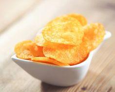 Comment faire des chips maison ? Découvrez cette recette pour faire soi-même des chips croustillantes et savoureuses ! Surprenez vos proches avec des chips maison. Idéal pour l'apéritif ou pendant un pique-nique. Avec les chips maison, vous pouvez assaisonner selon vos goûts (sans sel, aux herbes aromatiques, aux épices, etc. ).
