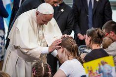 Najlepsze zdjęcia z wizyty papieża Franciszka w Polsce - papiez z chorymi dziecmi w szpitalu