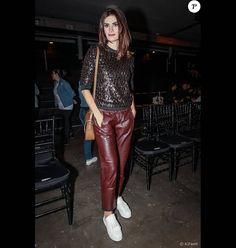 Isabella Fiorentino usou calça, tênis e suéter brilhante em 27 de abril de 2016