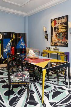 """Vincent Darré, Ein eklektischer Stilmix, so weit das Auge reicht: Der Tisch """"Figure"""" aus lackiertem Holz ist ein limitiertes Modell aus dem Hause Darrés (ab 4000 Euro) – so auch der Paravent """"Visite médicale au zoo"""" (ab 4000 Euro). (Foto: Aurélien Mole)"""