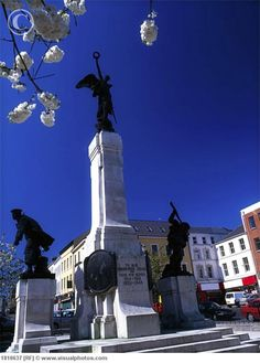 War Memorial in The Diamond, Derry City, County Derry, Ireland. The Memorial is dedicated to the soldiers from the North West of Ireland who died in the World War I. (V)