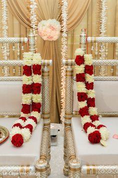 Wedding Garland Indian, Indian Wedding Poses, Wedding Stage Backdrop, Wedding Garlands, Flower Garland Wedding, Wedding Backdrop Design, Daisy Wedding Flowers, Floral Garland, Flower Garlands