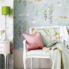 adoro los colores y por supuesto el papel decorativo de la pared y el del sillon
