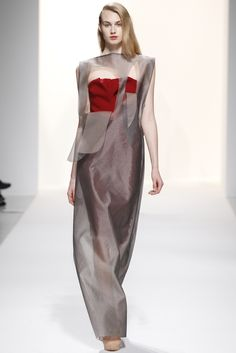 The Best Gowns of Fall 2014 Fashion Week International: Chalayan FW 2014 Diva Fashion, Runway Fashion, Fashion Show, Fashion Design, Paris Fashion, Boho Hippie, Art Conceptual, Ugly Dresses, Best Gowns