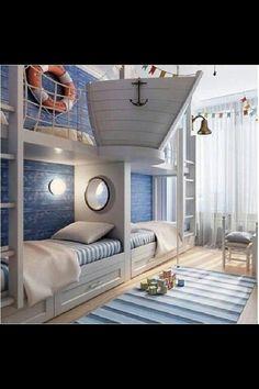 Chambre avec un air marin... Bouée, filet de pêche, coloris bleus et blancs, hublot entre les lits, marinière pour les housses de couette, tapis...