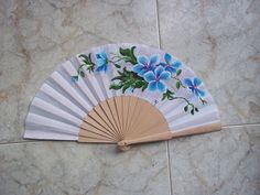 #abanicos #Valian #pintadoamano #art Paper Fans, Classic Paintings, Embroidery Designs, Wings, Hand Fans, Fancy, Shapes, Cool Stuff, Crochet