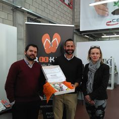 Entrega del premio al ganador del concurso de #diseño de chanclas @molinarodrigo.carlos junto con @ceeielche Enhorabuena!!!