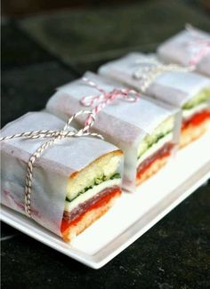 Heading out for picnic? Forget about the supermarket packed dry sandwiches. With these 10 easy picnic recipes there are no more excuses for lame and boring picnic food! Pressed Sandwich, Mini Sandwiches, Italian Sandwiches, Finger Sandwiches, Wedding Sandwiches, Strawberry Cream Cakes, Good Food, Yummy Food, Picnic Foods