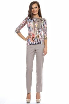 Tinuta bluza tricot imprimat si pantalon semiajustat cu buzunare laterale.