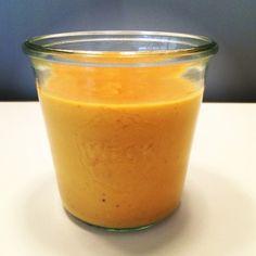 Zum Winter-Endspurt ein wärmendes Rezept fürs Büro: Diese cremige Linsensuppe mit Kokosmilch.