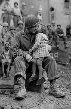 Armored Division technician with a little French girl on Valentine's Day, 14 Feb 1945 segunda guerra Vintage Pictures, Old Pictures, Old Photos, Famous Photos, Random Pictures, Nagasaki, American Soldiers, Military History, Military Army