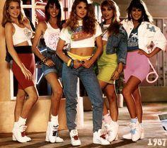Moda dos anos 80 A presença do sports wear aliado a cores mais vibrantes e psicadélicas.  Presença das perneiras muito alusivo à prática de fitness.