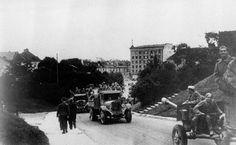 Советские артиллеристы поднимаются на гору Тоомпэа в Таллинне. Фотография сделана в сентябре 1944 года.