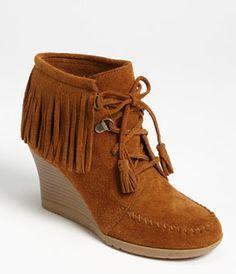 ミネトンカ Lace-Up Fringe Ankle Boot
