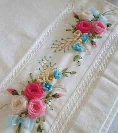 Kurdale işi havlu Ribbon Flower Tutorial, Ribbon Embroidery Tutorial, Embroidery Flowers Pattern, Silk Ribbon Embroidery, Embroidery Jewelry, Embroidery Designs, Hardanger Embroidery, Hand Embroidery Stitches, Crochet Bookmark Pattern
