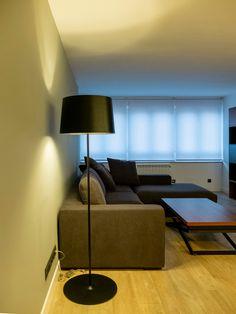 Proyecto de interiorismo y ejecución de reforma integral de vivienda en Madrid, incluyendo nueva distribución, revestimientos, acabados, iluminación técnica y decorativa, carpintería y mobiliario a medida. Sofa, Couch, Madrid, Furniture, Home Decor, Gray, Interiors, Blue Prints