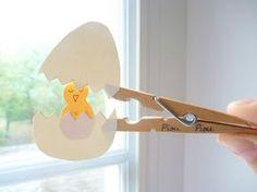 Goedkope knutsel tip voor Pasen van Speelgoedbank Amsterdam voor kinderen en ouders. Paasei en kuiken van een wasknijper en wat gekleurd (of ingekleurd) papier. Budget. Goedkoop knutselen.