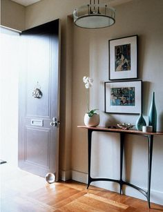 I so love that console table and the whole vignette. I want this for my hallway :)